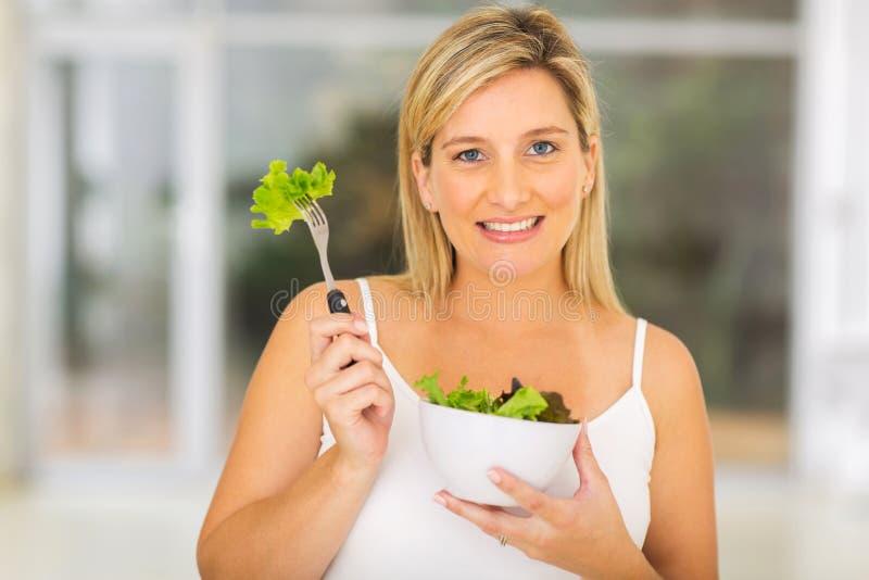 Salada verde da mulher gravida foto de stock