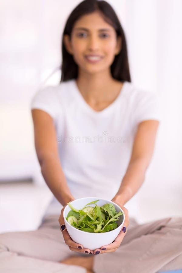 Salada verde da mulher indiana foto de stock royalty free