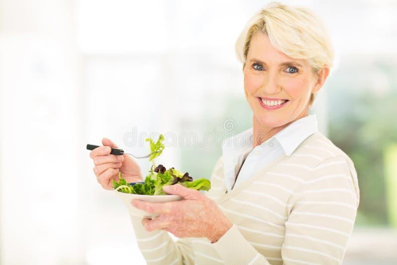 Salada verde da mulher madura foto de stock royalty free