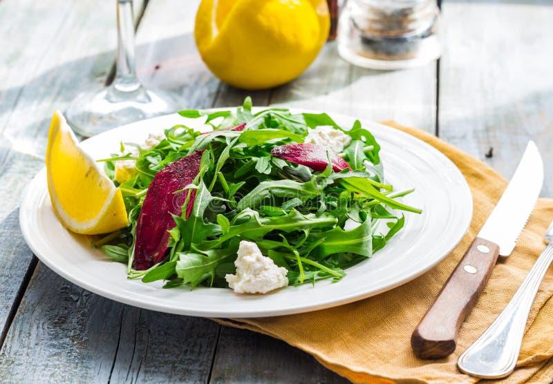 Salada verde fresca com beterrabas, queijo de cabra e azeite imagem de stock royalty free