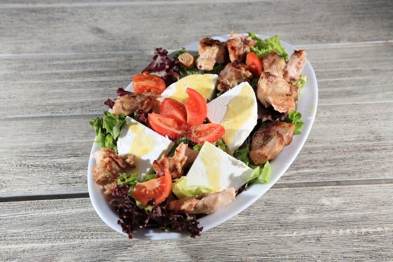 Download Salada verde com galinha foto de stock. Imagem de prato - 29831904