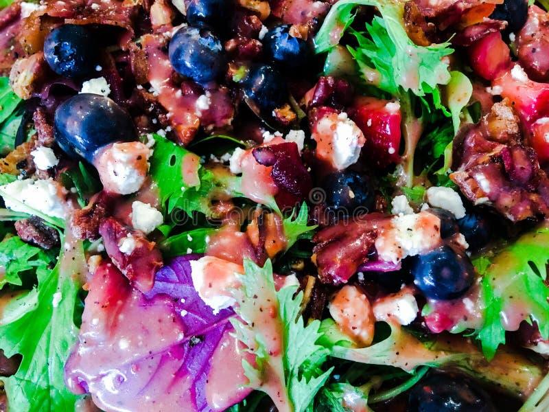 Salada verde fresca com mirtilos fotos de stock