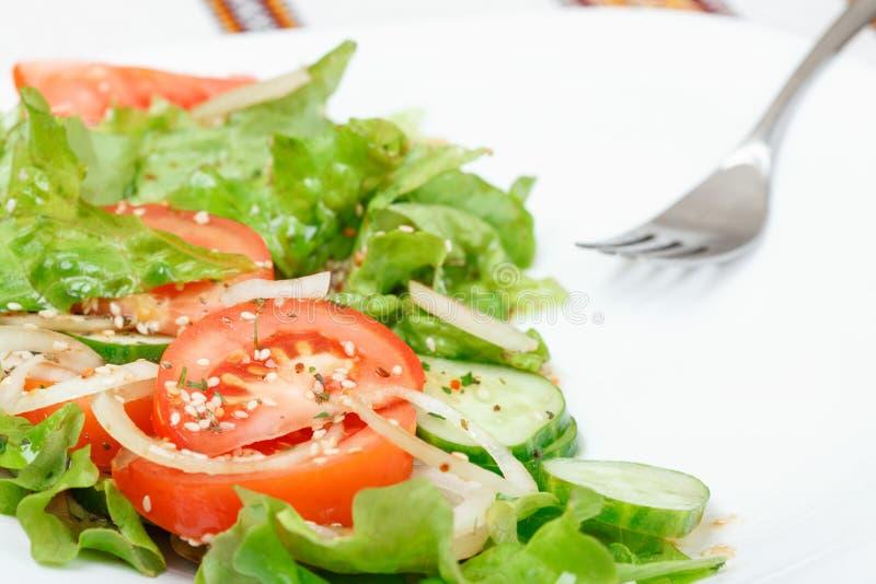 Salada verde fresca com sésamo, óleo, molho de soja e óleo imagens de stock royalty free