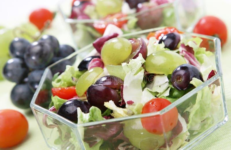 Salada verde fresca com uvas foto de stock