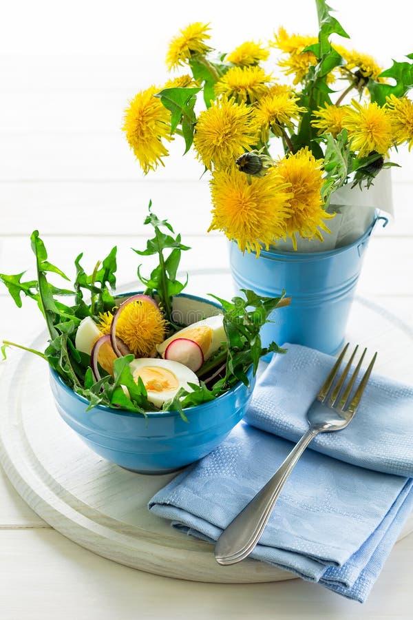 Salada verde fresca do dente-de-leão na bacia azul imagem de stock royalty free