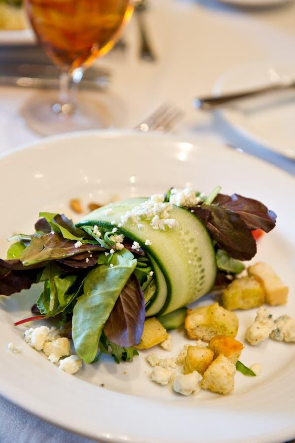 Salada verde misturada com pepinos fotos de stock