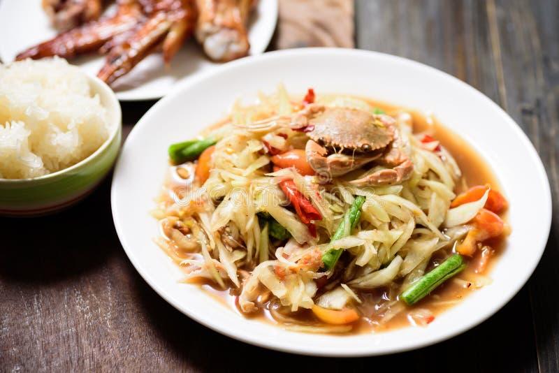Salada verde picante da papaia, Tum tailand?s do som do alimento imagens de stock