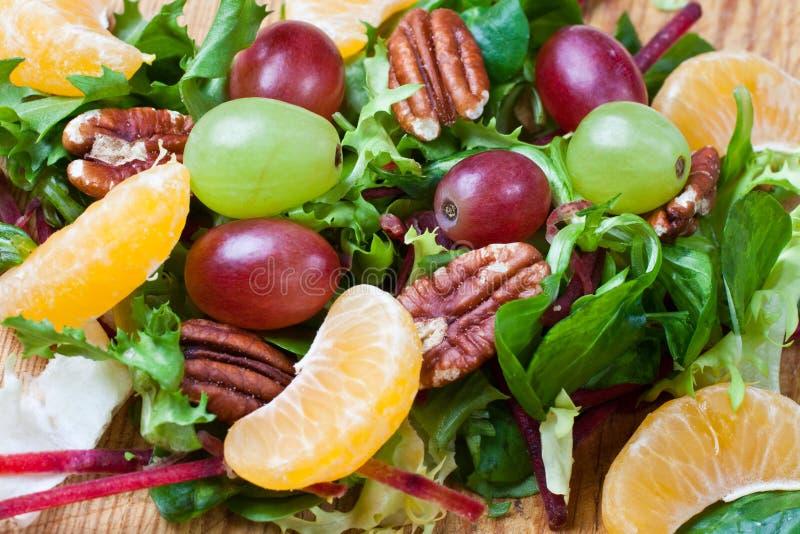 Salada verde saudável com uvas imagens de stock