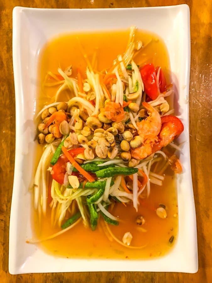Salada verde tailandesa da papaia, Tum do som, Banguecoque, capital do alimento da rua, Tailândia Emparelhado normalmente com o a fotografia de stock royalty free