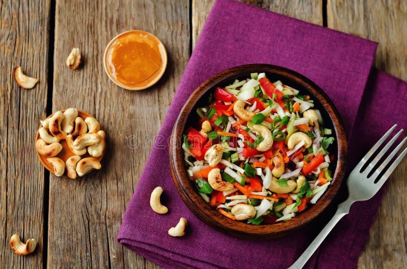 Salada vermelha dos cajus da pimenta de sino da cenoura da couve imagens de stock