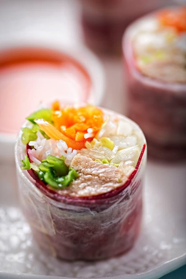 A salada vietnamiana da carne de porco do estilo morde em fitas do mooli com molho de pimentões doce imagens de stock