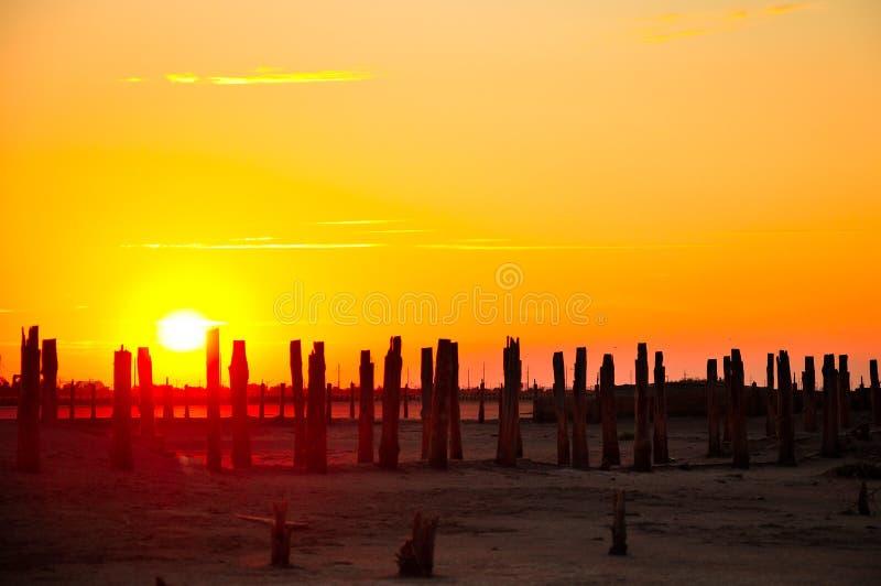 Saladar viejo y puesta del sol fotos de archivo