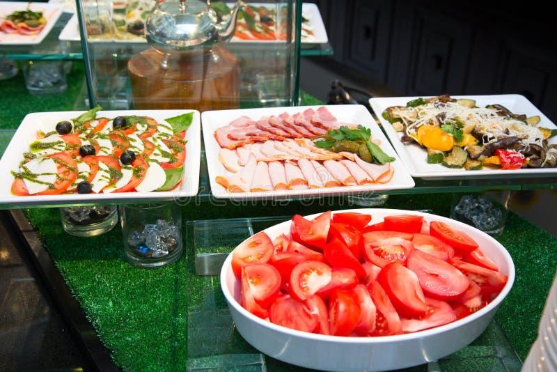 Saladas e aperitivos, tabela de banquete com alimento festivo delicioso fotos de stock royalty free