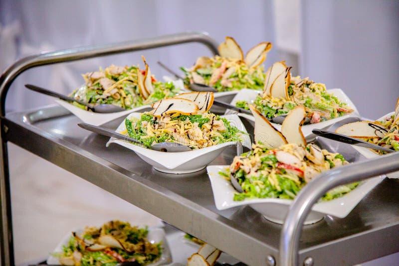Saladas em um carro para o close-up de espalhamento foto de stock royalty free