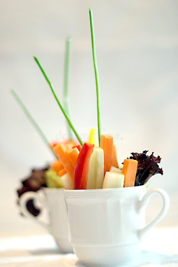 Saladas vegetais coloridas em um copo imagem de stock