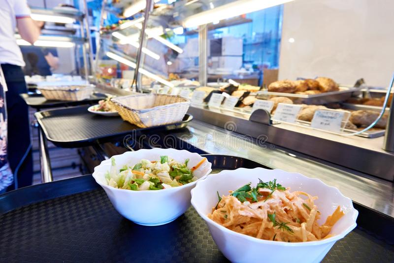 Saladas vegetais no contador do jantar público fotos de stock