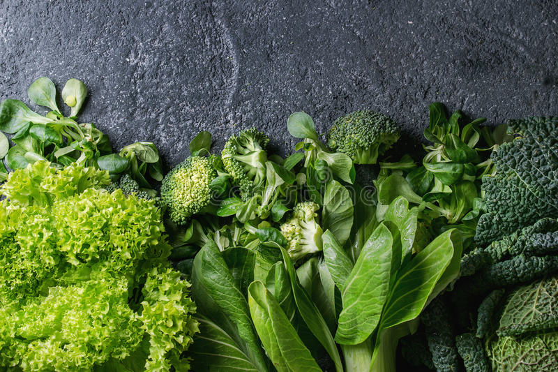 Saladas verdes e couve imagens de stock