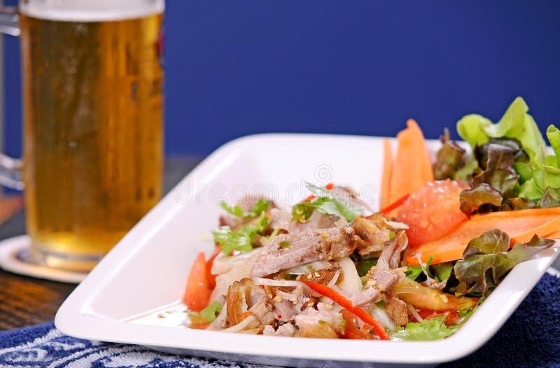 Salade épicée avec du porc photo libre de droits