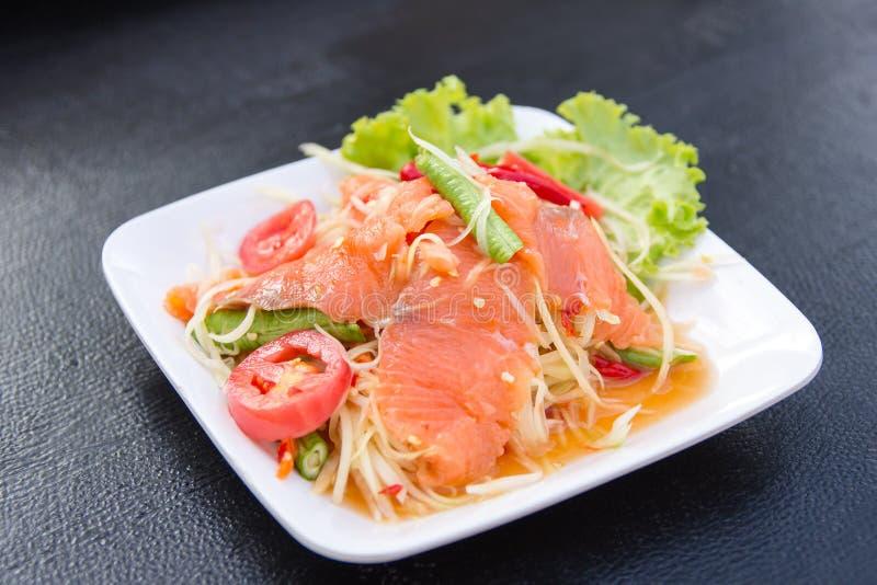 Salade épicée délicieuse de papaye avec les saumons frais photo stock