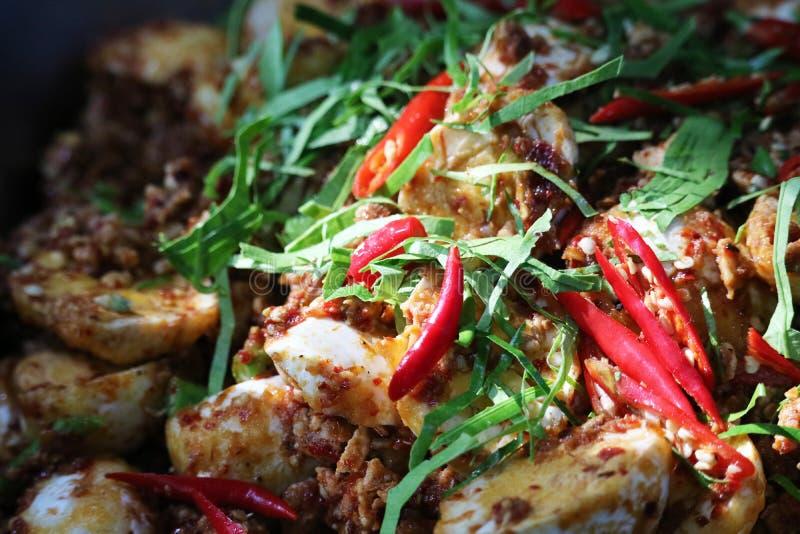 Salade épicée d'oeuf à la coque complétant par des feuilles de piments et de chaux de Kaffir images libres de droits