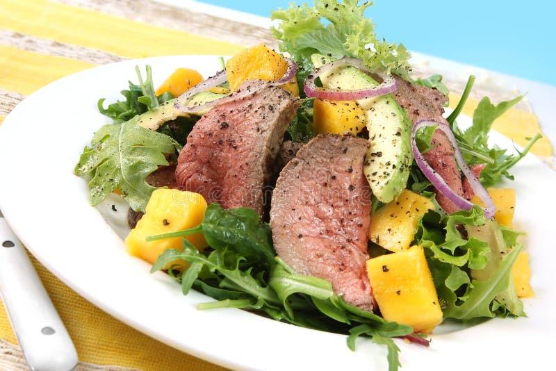Salade épicée de boeuf et de mangue photographie stock libre de droits