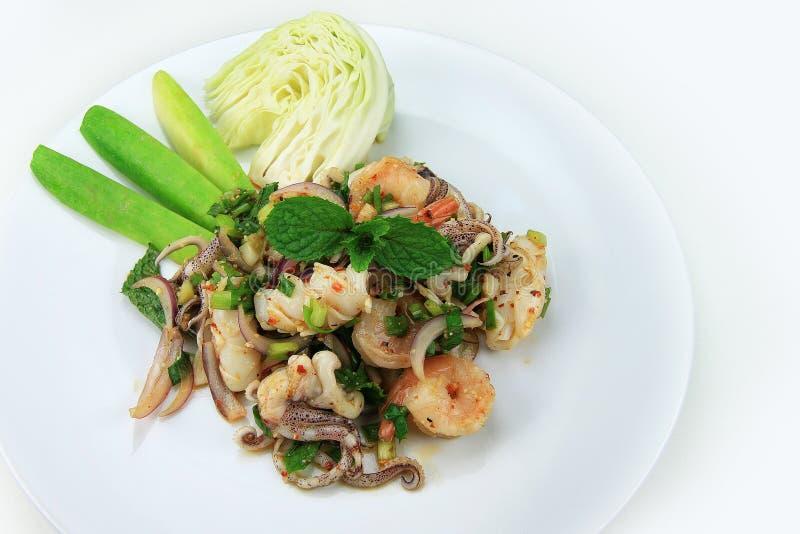 Salade épicée de fruits de mer avec la poudre rôtie de riz photos stock