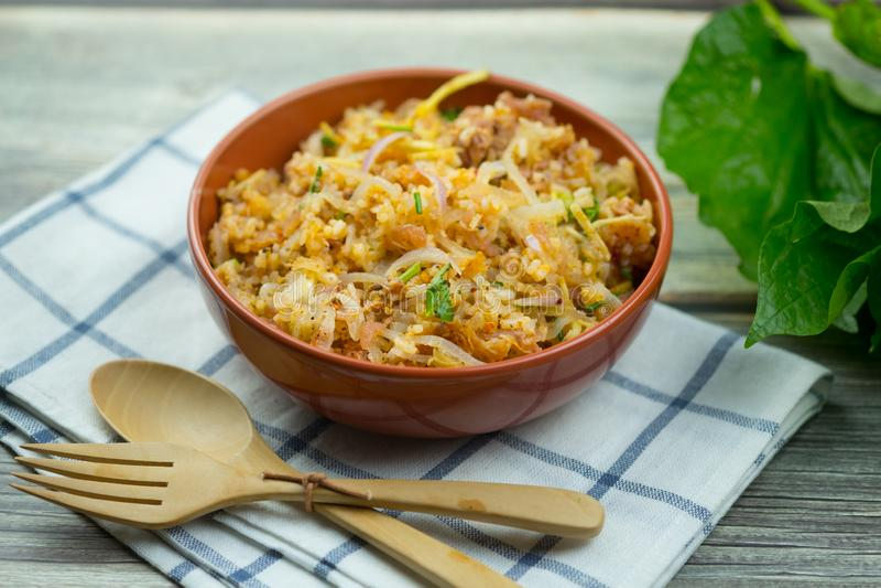 Salade épicée de nourriture de recette thaïlandaise de Yam Naem Khao Tod des croquettes de riz au curry image stock