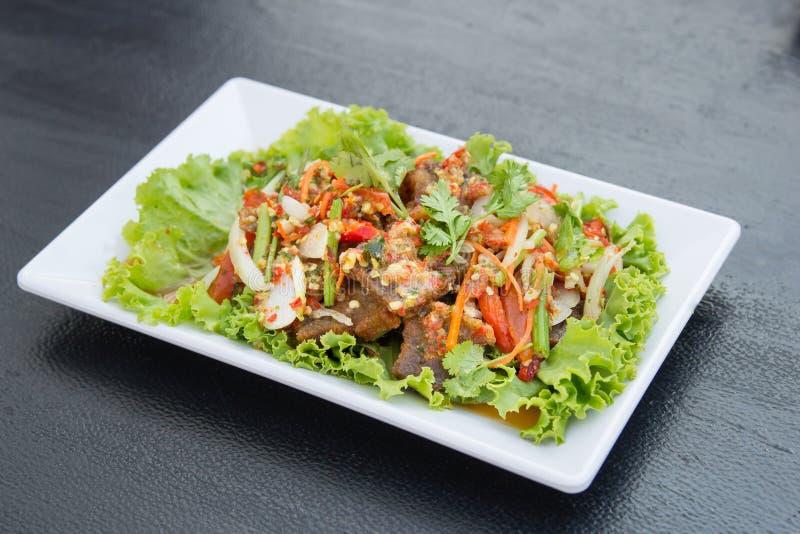 Salade épicée de porc croustillant image stock
