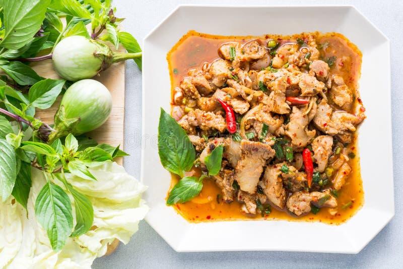 Salade épicée de porc de cuisine thaïlandaise, Moo Nam Tok photos stock