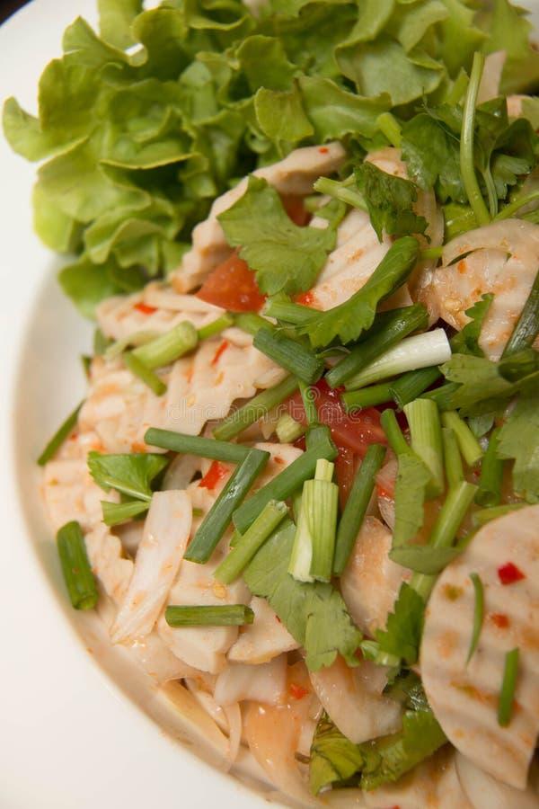 Salade épicée de porc de cuisine thaïlandaise sur le plat photographie stock
