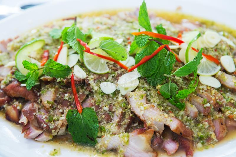 Salade épicée de porc de gril thaïlandais de cuisine image libre de droits