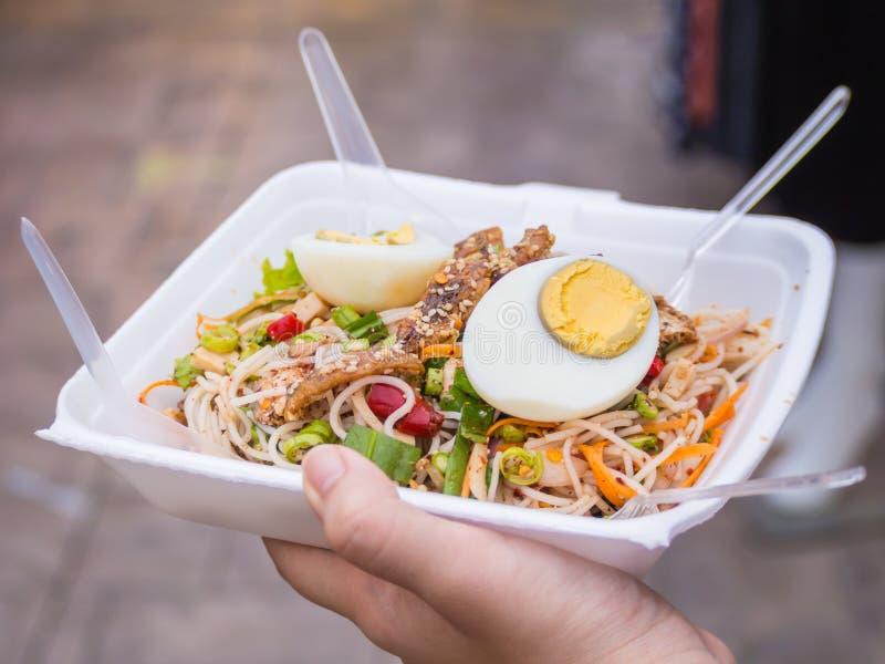 Salade épicée de vermicellis de riz photographie stock
