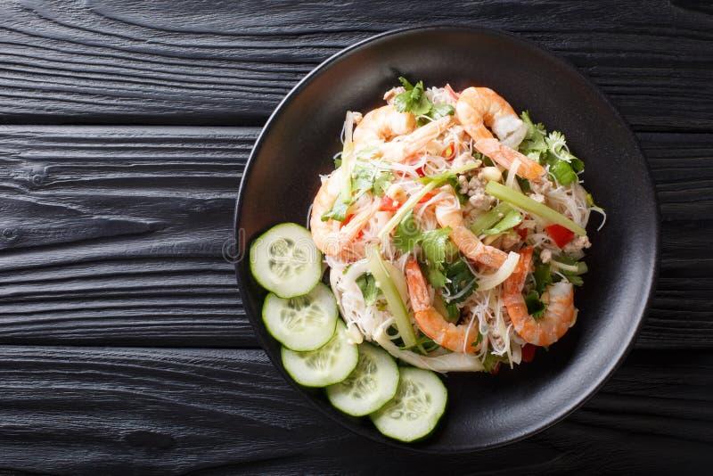 Salade épicée de Yum Woon Sen avec les crevettes, le porc et les légumes en gros plan sur la table vue sup?rieure horizontale photos libres de droits