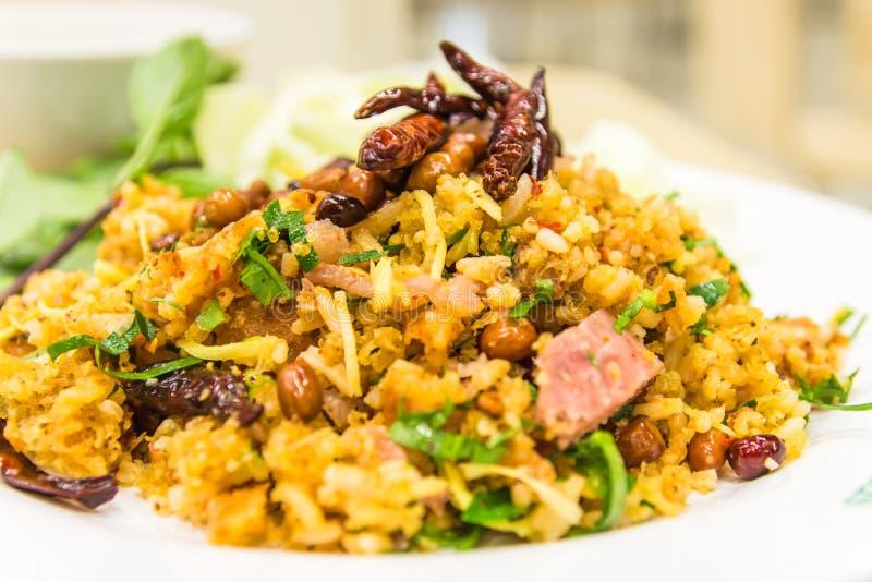 Salade épicée des croquettes de riz au curry, porc fermenté, gingembre a image libre de droits