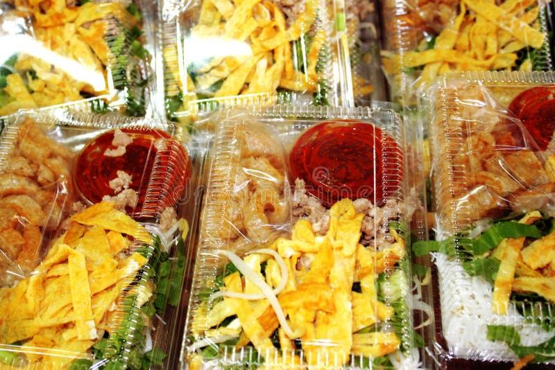 Salade épicée en verre de nouille, de porc et d'oeufs dans la boîte au marché local photographie stock