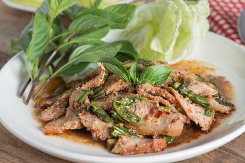 Salade épicée grillée coupée en tranches de porc, Moo Nam Tok Cuisine thaïe images libres de droits