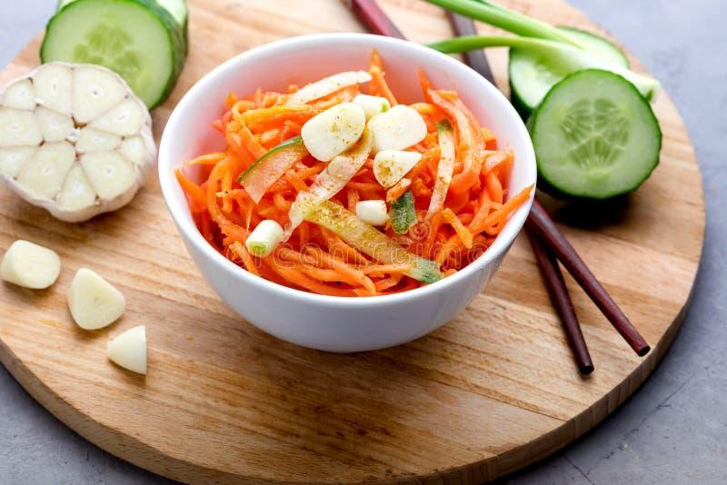 Salade épicée organique de carotte avec le concept Tray Above Close Up en bois d'aliment biologique de Vegan de concombre et d'ai images libres de droits