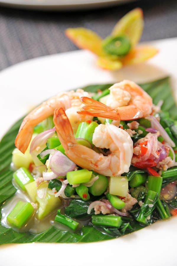 Salade épicée préparée thaïe avec la crevette rose photos libres de droits