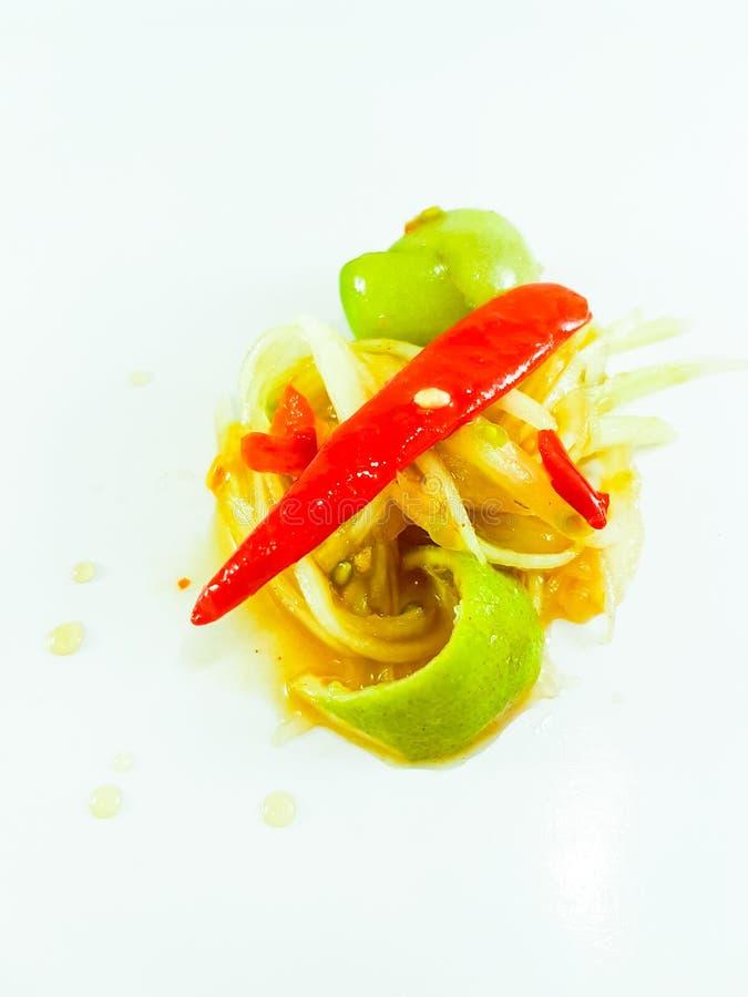 Salade épicée thaïlandaise de papaye sur le fond blanc photographie stock