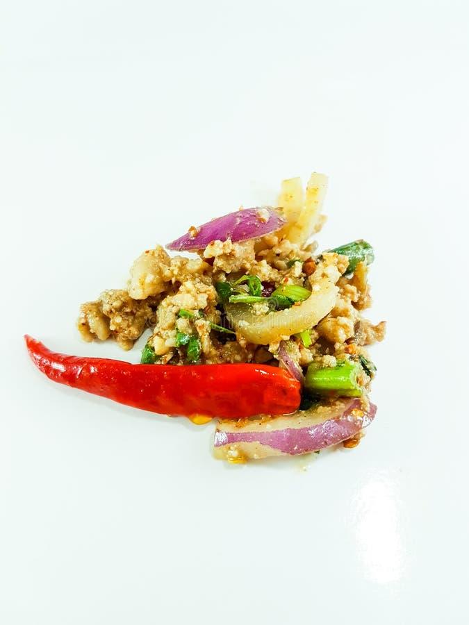 Salade épicée thaïlandaise de viande hachée sur le fond blanc photographie stock
