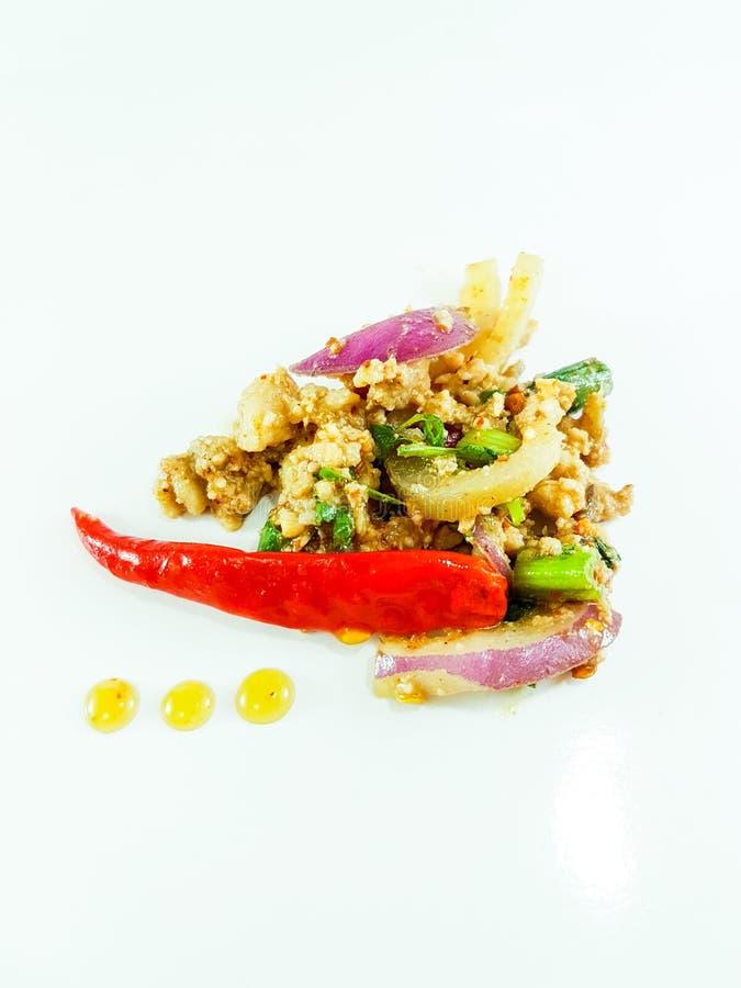 Salade épicée thaïlandaise de viande hachée sur le fond blanc photo libre de droits