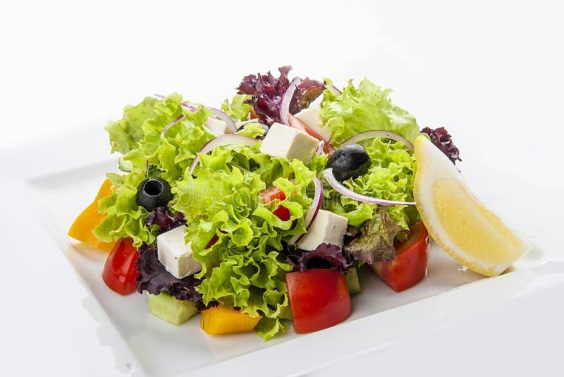 "Salade ""grecque ""d'un plat blanc image libre de droits"