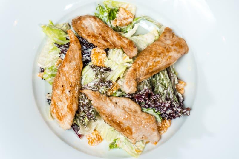 Salade avec de la sauce à crème de viande de poulet photos stock