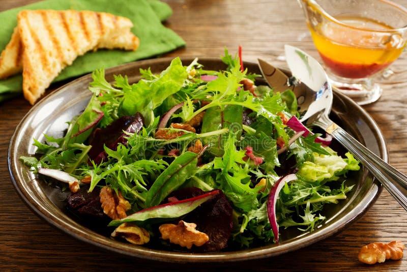 Salade avec des betteraves, fromage bleu, image libre de droits