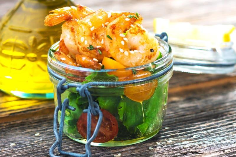 Salade avec des crevettes image libre de droits