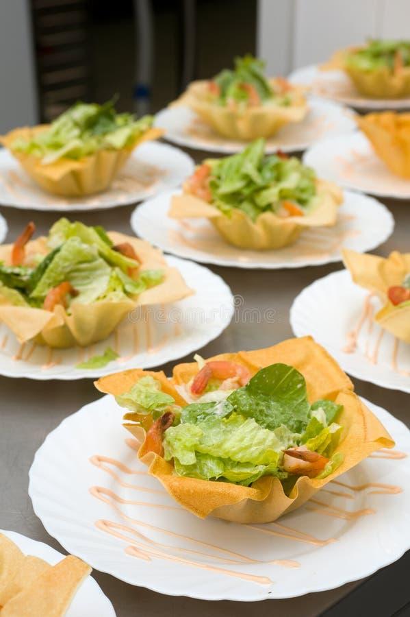 Salade avec des crevettes dans des cuvettes photographie stock libre de droits