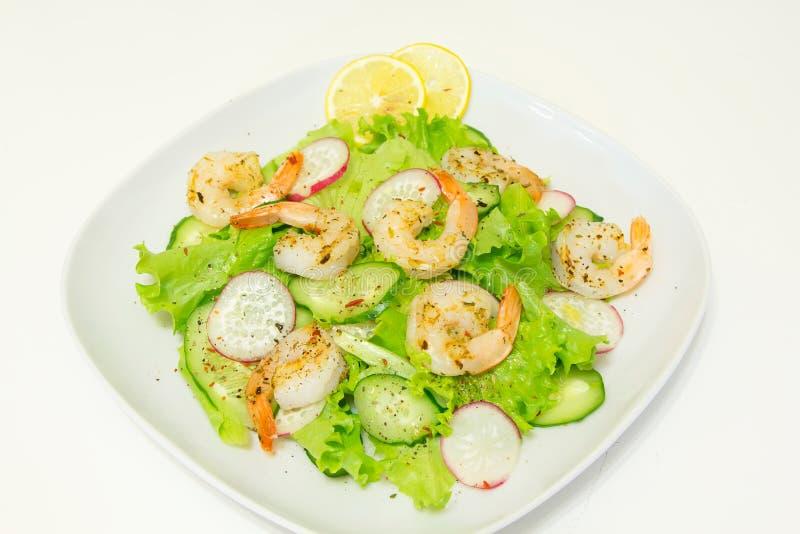 Salade avec des crevettes et des légumes frais image stock