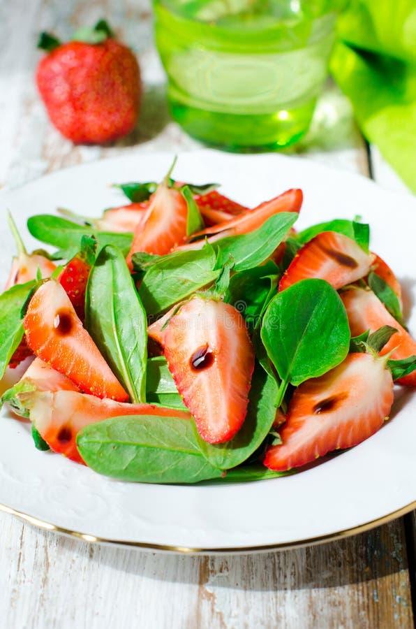 Salade avec des fraises et des épinards avec balsamique photo stock