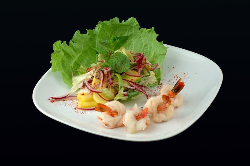 Salade avec des fruits de mer sur un fond noir photo libre de droits