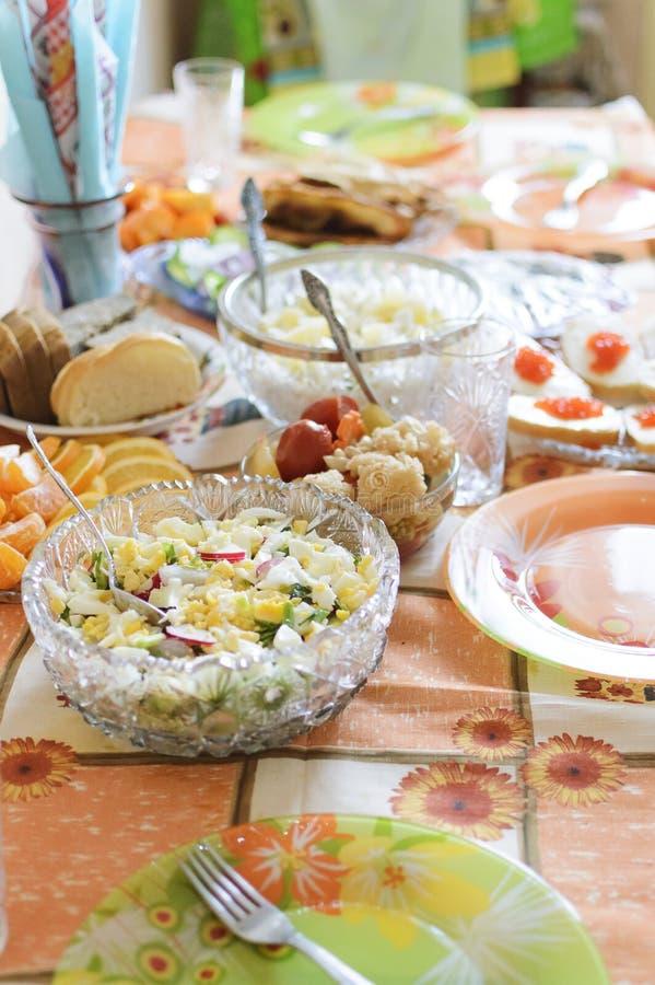 Salade avec des oeufs et des verts Nourriture faite maison Table servie image stock